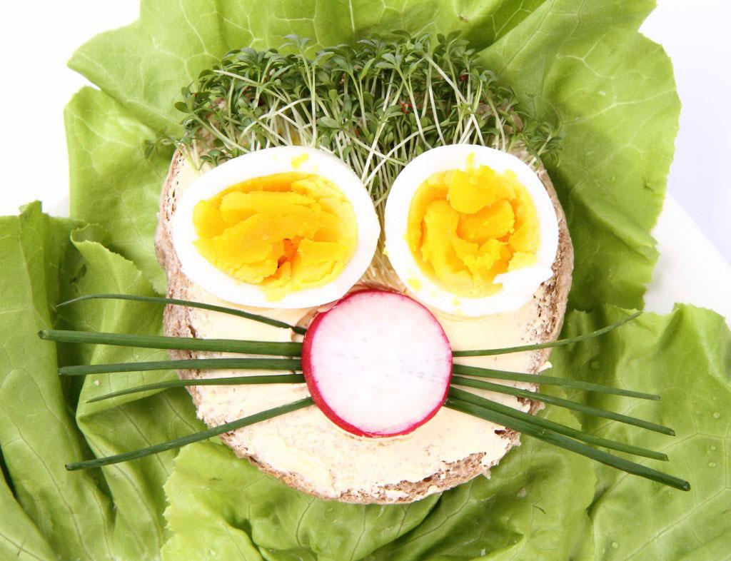 Odla kryddor med barnen och låt dem sedan själva komponera en rolig smörgås av krasse och gräslök.
