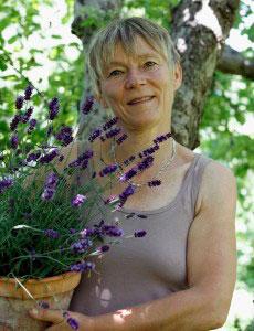 Hej! Annika Christensen här. Jag jobbar som trädgårdsfotograf och är en passionerad trädgårdsodlare. De flesta känner mig från Allt om Trädgård där jag i varje nummer skriver dagbok från min trädgård. Jag driver även bloggen naturligating.blogspot.se och på Instagram finns jag på #annikasnaturligating.
