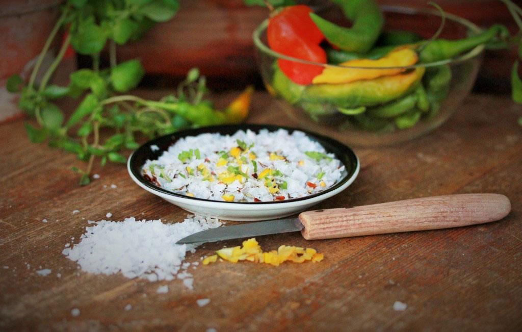 Gör eget chilisalt med örter och vitlök