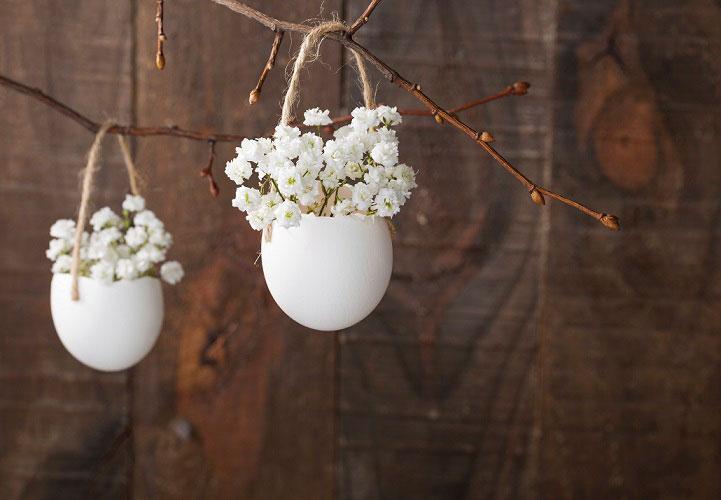 Häng blommor i påskriset.