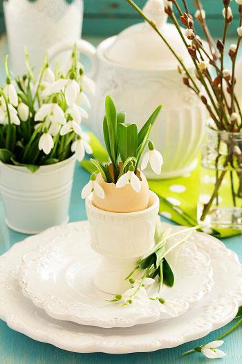 Duka med äggskal och snödroppar. Skriver du namn på äggskalen blir det till en fin bordsplacering.