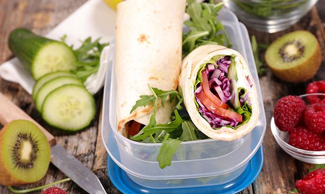Wrap på egenodlat med sallad och tomat från trädgården