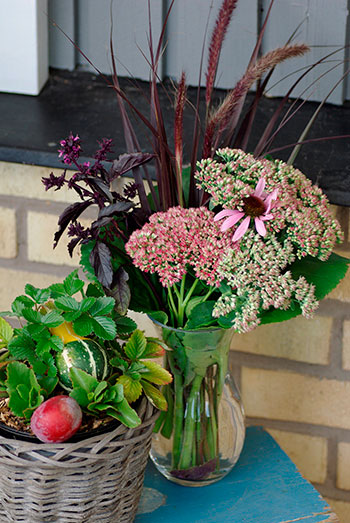 Hösten är en guldgruva för den som gillar att arrangera buketter! Rudbeckia och prydnadsgräs brukar vara som vackrast i höstträdgården. Foto: Lovisa Back