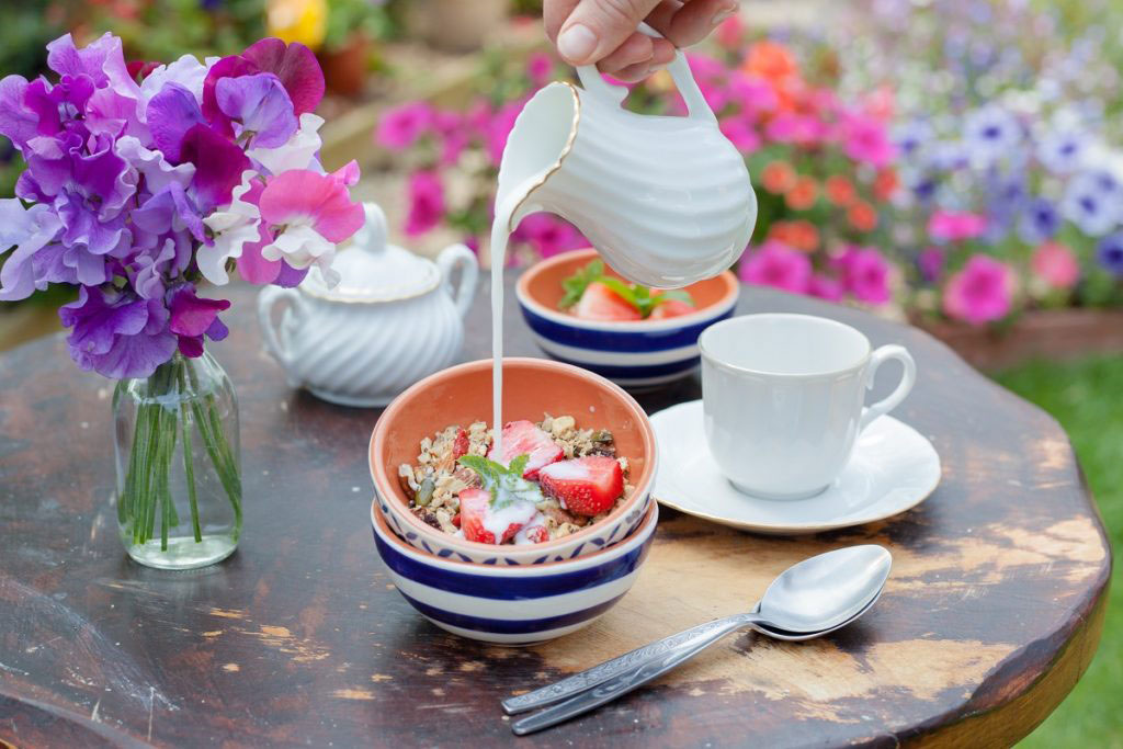 Njut av en vacker luktärtsbukett på frukostbordet.