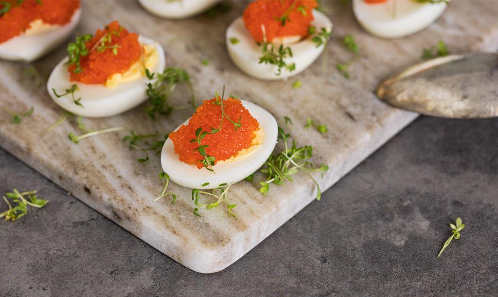 Egenodlad krasse på äggen till påsk