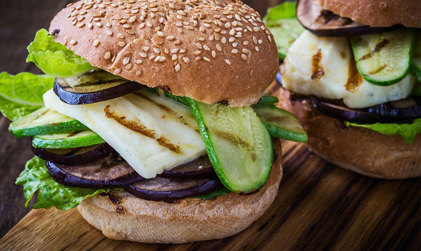 Hamburgare med egenodlad squash och aubergine
