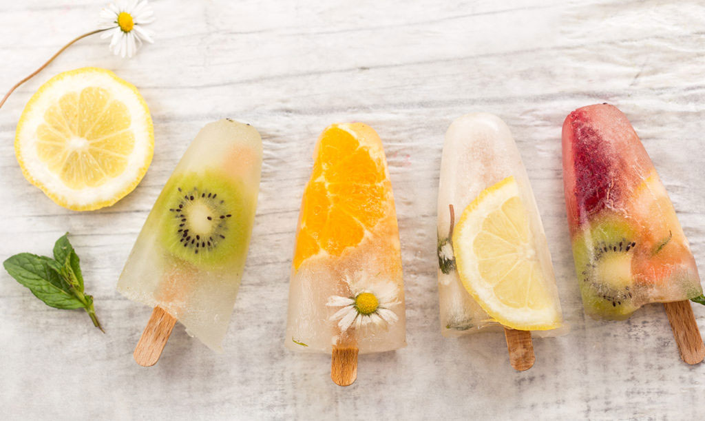 Egen isglass med frukt, kryddväxter och ätbara blommor