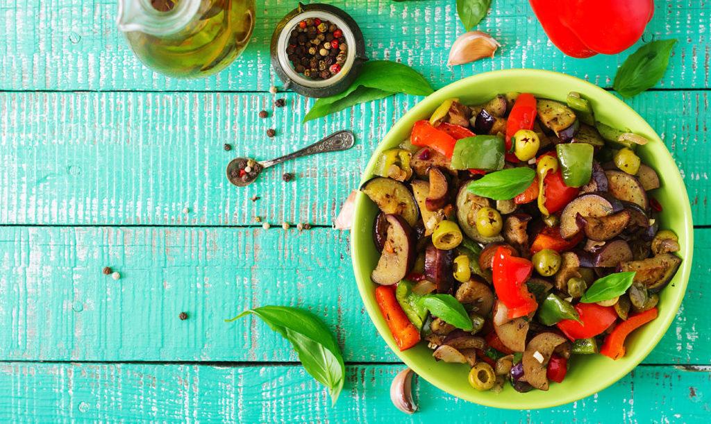 Sallad med grillad aubergine, paprika och oliver