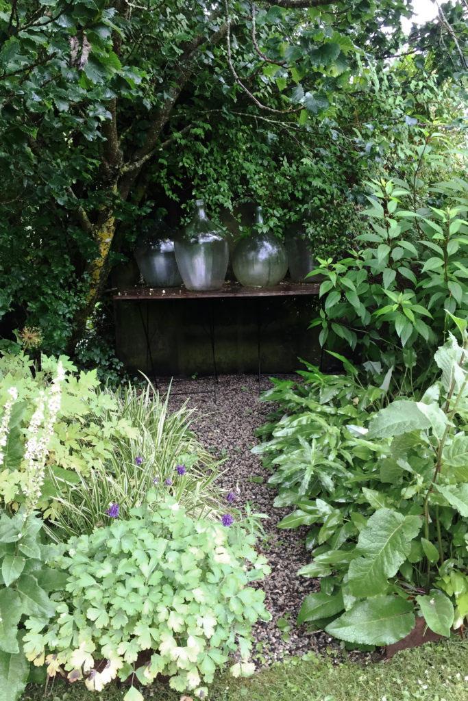 Charlotte skapar djup och en känsla av att trädgården aldrig tar slut, genom alla gångar och stigar.