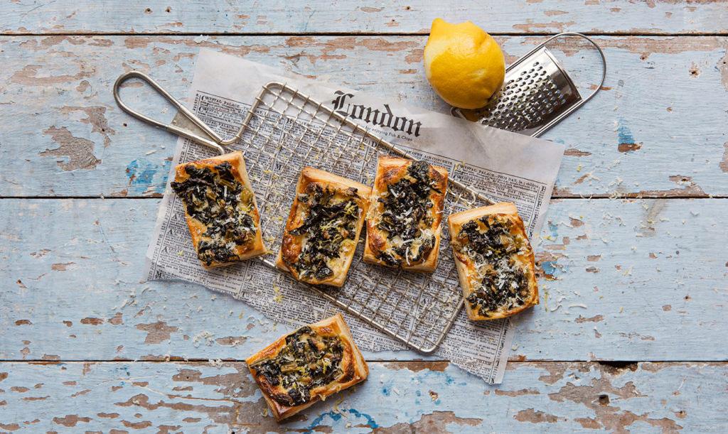 Smördegstarte med egenodlad svartkål, parmesan och citron