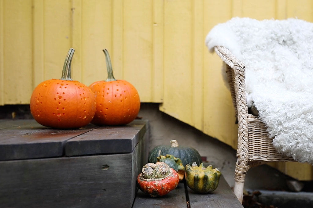 Gör en pumpalykta eller flera pumpalyktor och låd dem välkomna vid entrén.