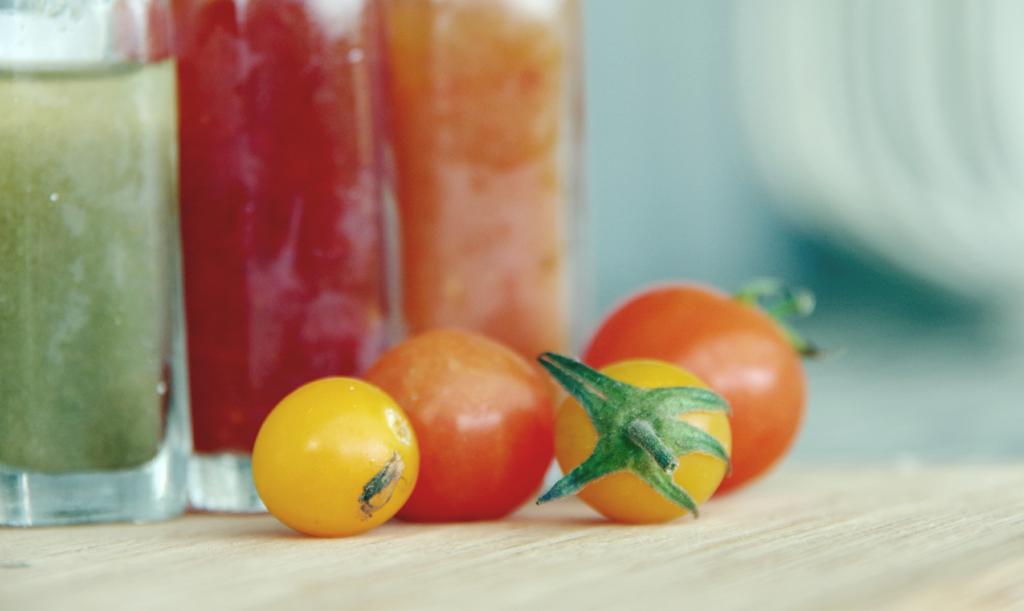 tomatsås på gröna och röda tomater