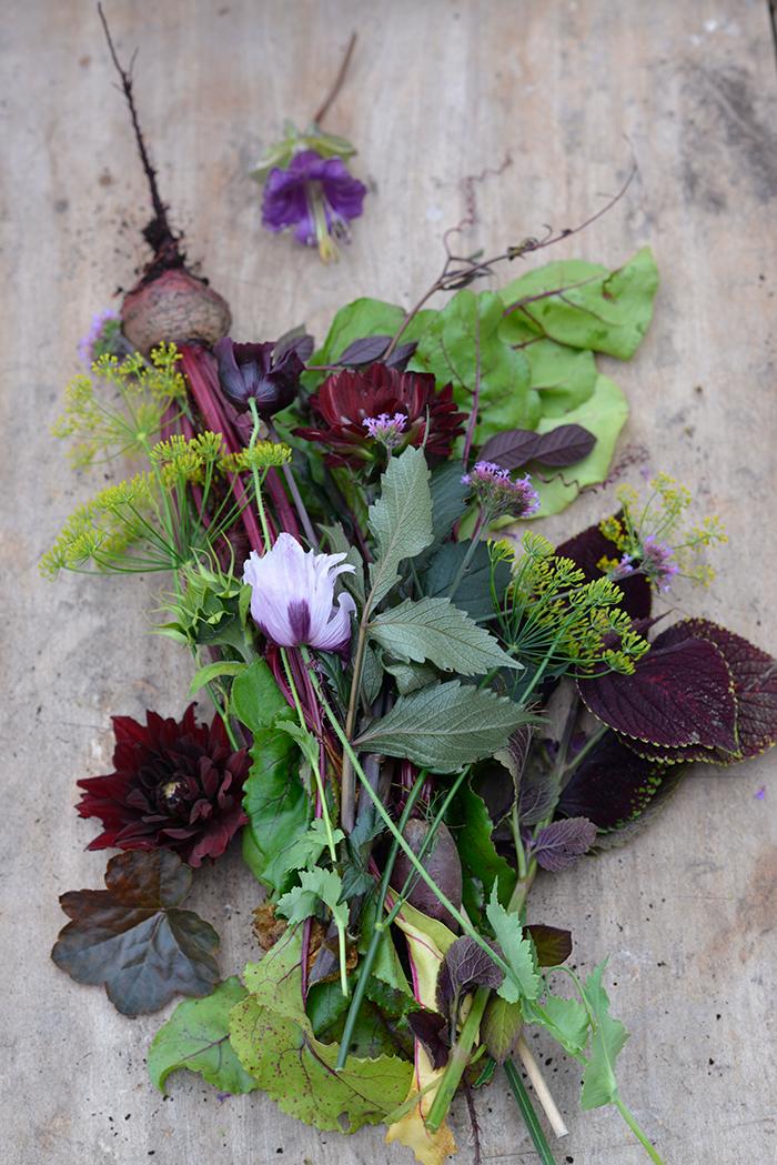 vacker lila bukett i enlighet med trenden Mystic Garden