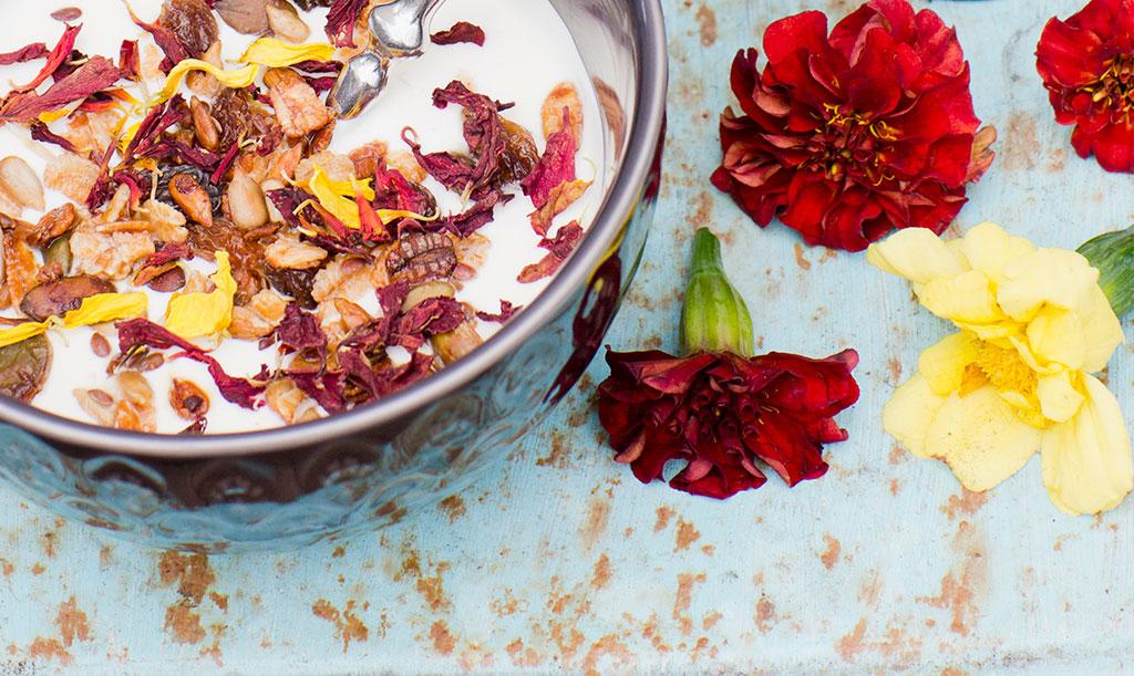 Blanda olika sorters tagetes, torka kronbladen och dekorera din hemgjorda müsli. Foto: Annika Christensen
