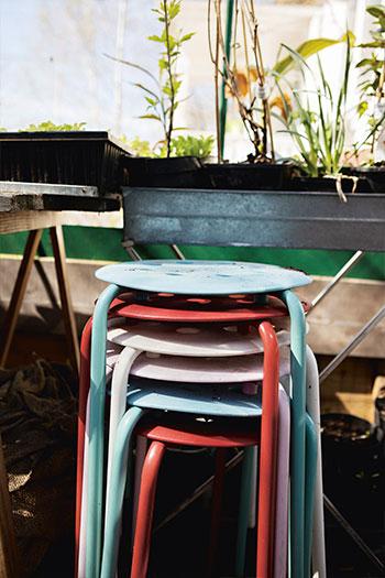 Färgglada pallar i Jessica Lyons växthus. För trötta odlarvänner eller krukor som behöver lyftas upp. Foto :Klas Sjöberg
