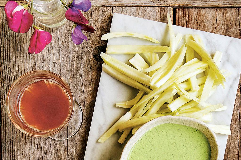 Fänkål med sauce verte-dip. Foto: Emelie Otterbeck