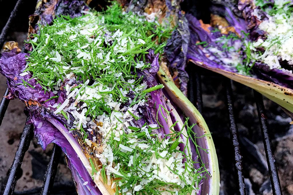 Salladskål är gott att lägga på grillen. Foto: Anna Lindeqvist