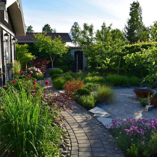 @villaannas trädgårdsoas har gott om kontraster där det strama blandas med det vilda. Ljuvligt!