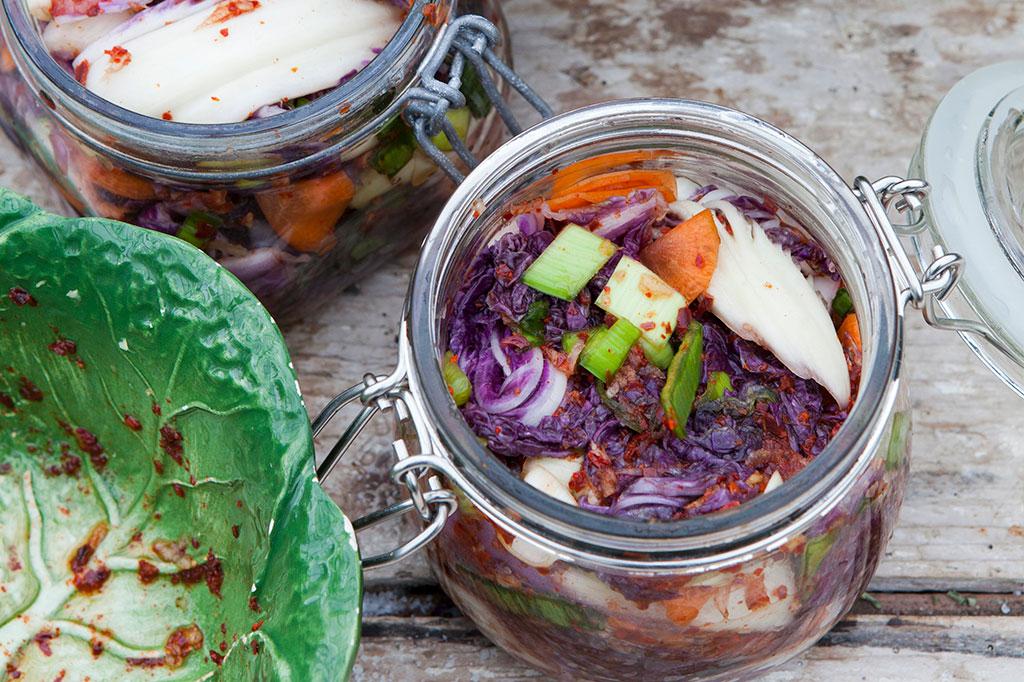 Kimchi är en syrad kålsallad med sting. Foto: Annika Christensen