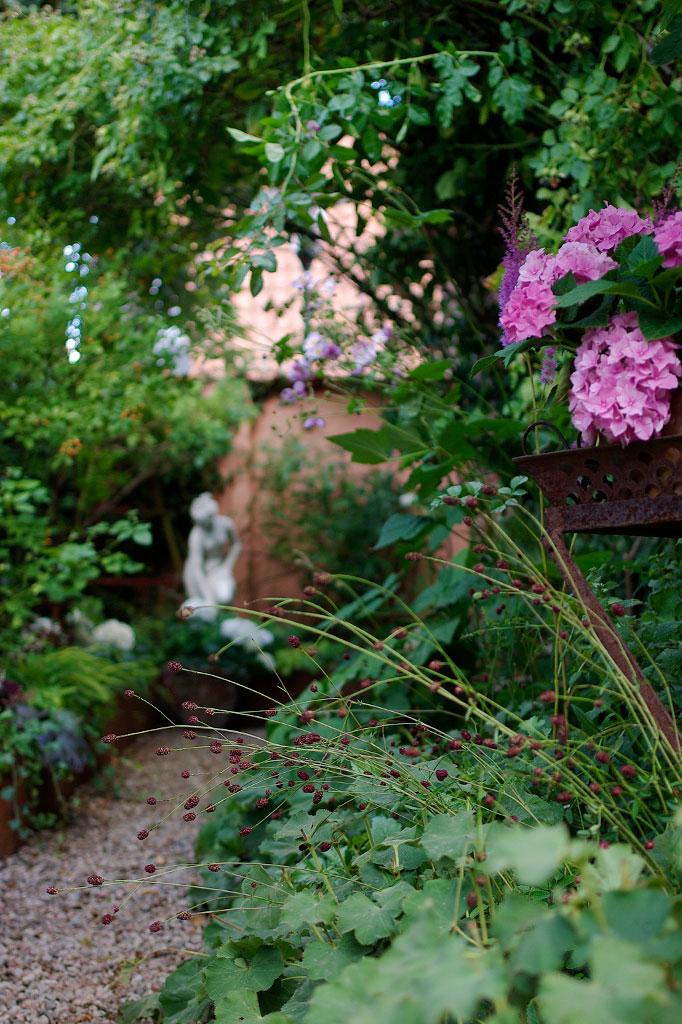 Statyer och växter bildar blickfång i Årets trädgård.