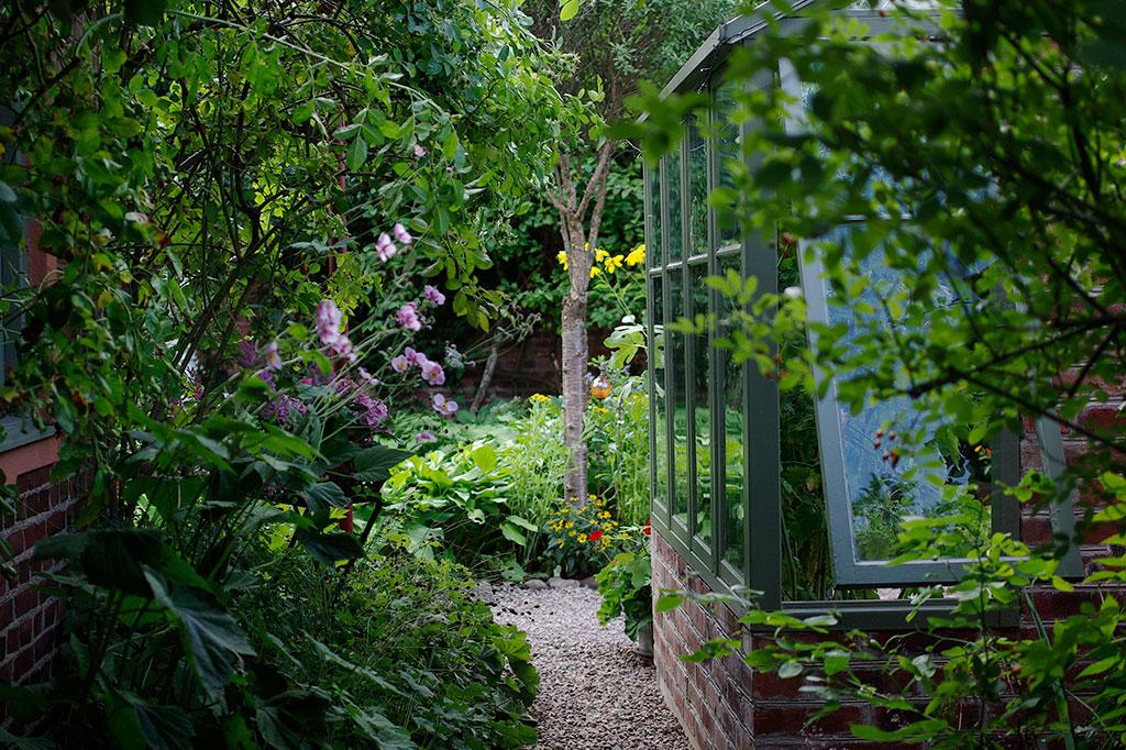 Vid sidan om växthuset fortsätter grusgången.