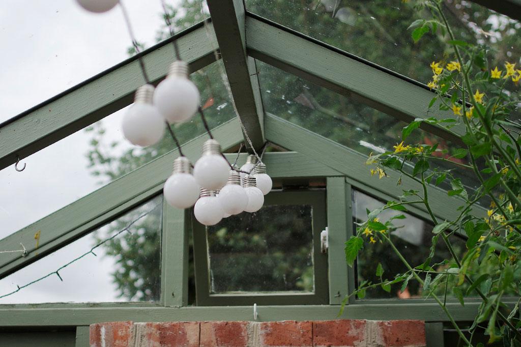 Ljusslingor finns det gott om i Årets trädgård.