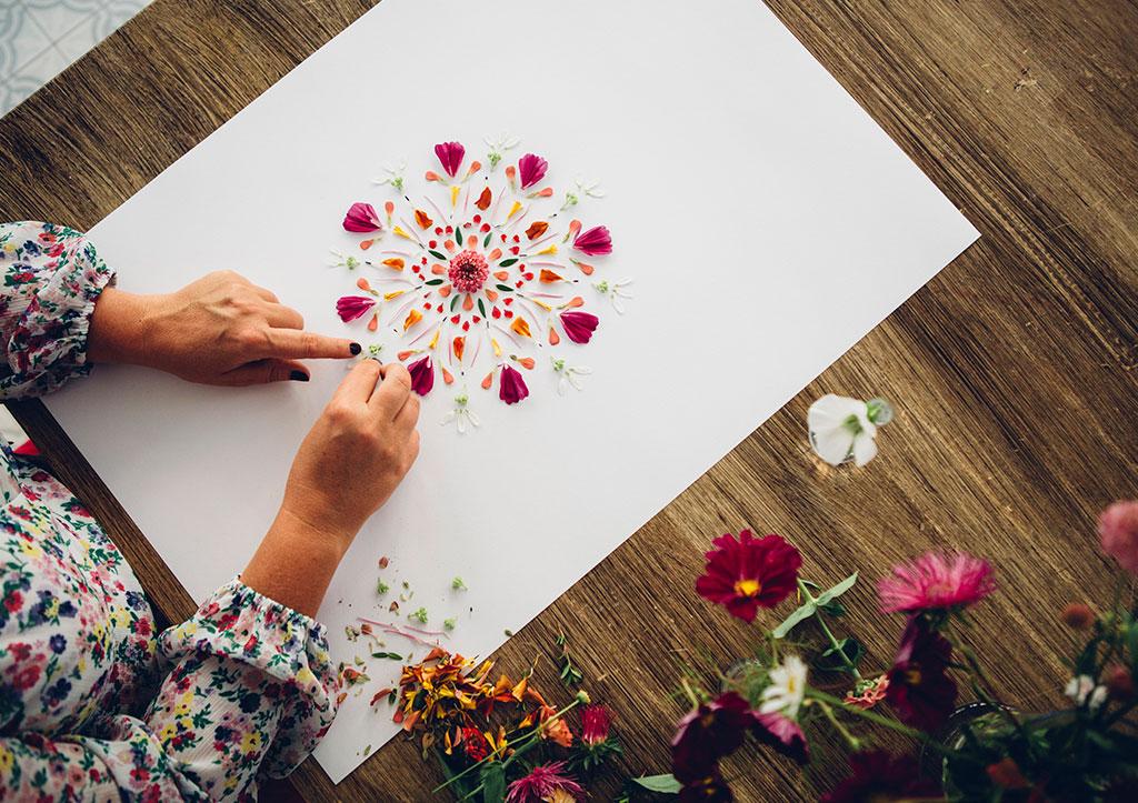 Hanna Wendelbos blomsterpill är skapande helt utan ramar och krav. Foto: Katja Ragnstam