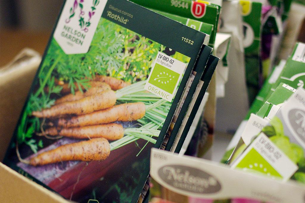 Behöver du fylla på i fröförrådet? Se över vilka sorter du har sedan tidigare och hur mycket som är kvar – på så vis undviker du att köpa på dig för mycket.