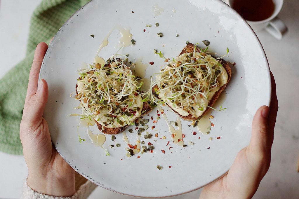 Smörgås ned linsgroddar och hummus. Foto: Lovisa Back