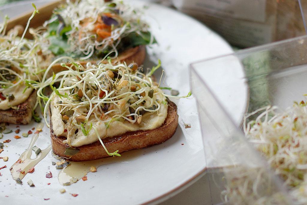 Med linsgroddar och ett rejält lager hummus blir din smörgås mättande och näringsrik. Foto: Lovisa Back