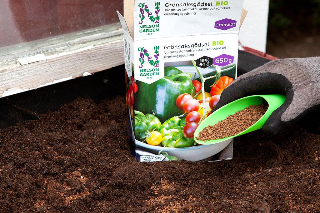 Grönsaksgödseln är helt vegetabilisk och godkänt för ekologisk odling. Den är dessutom enkel att dosera – ett utmärkt komplement till de grönsaker som behöver en extra skjuts! Foto: Annika Christensen