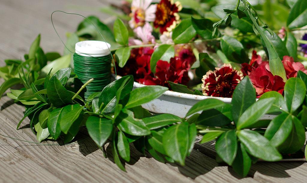 Bindtråd – en tjock för stommen och en tunn för att fästa växterna – kan underlätta vid kransbindning. Foto: Lovisa Back