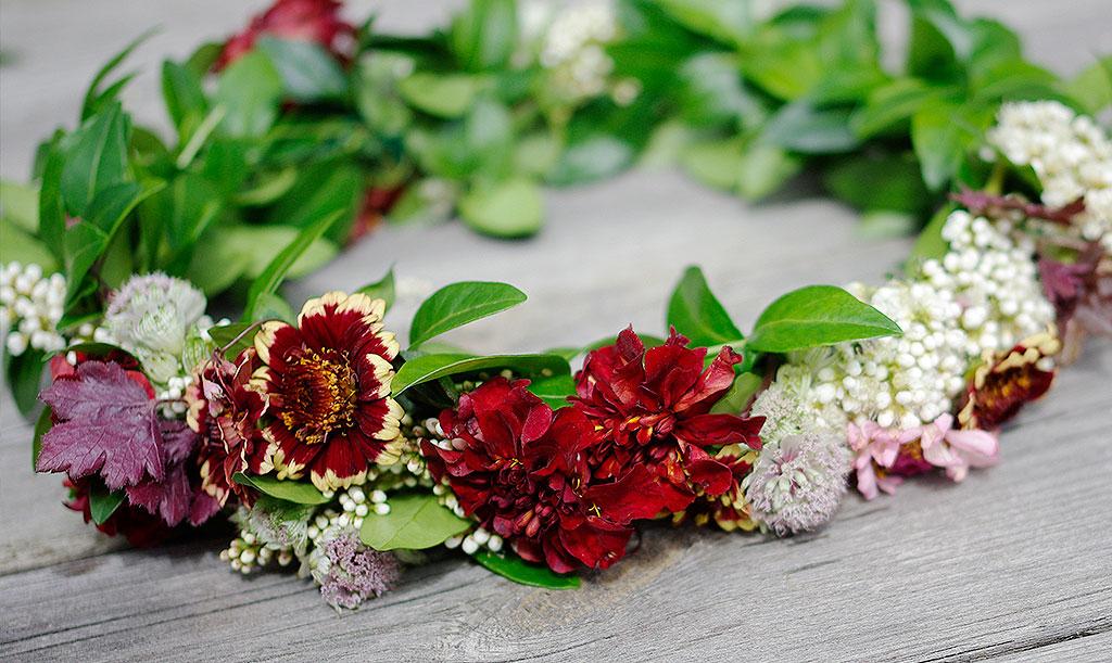 Bind en midsommarkrans med säsongens blommor. Foto: Lovisa Back