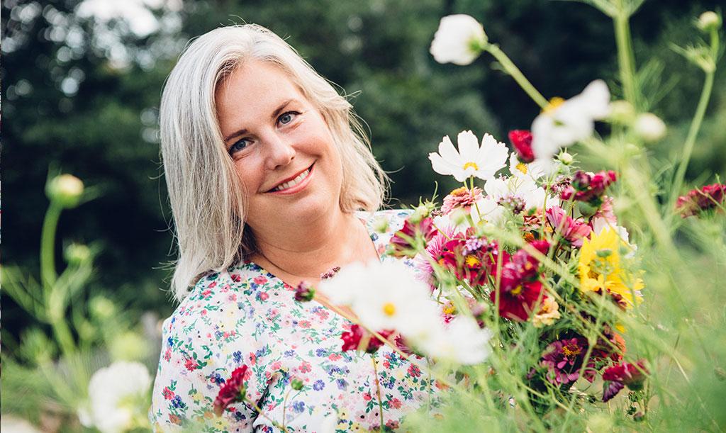 Hanna Wendelbo plockar sommarblommor till sitt blomsterpill. Foto: Katja Ragnstam