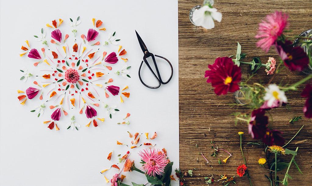 En mandala av blommor och andra växter kan förevigas på bild – men originalet är kortlivat, vilket är en del av charmen. Foto: Katja Ragnstam