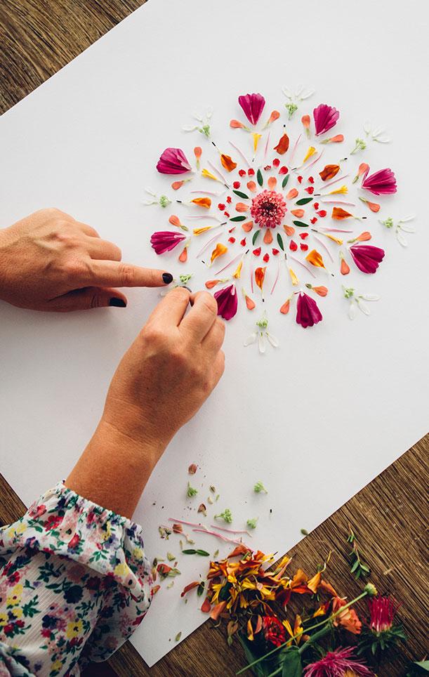 Att skapa en mandala är både meditativt och kreativt. Foto: Katja Ragnstam