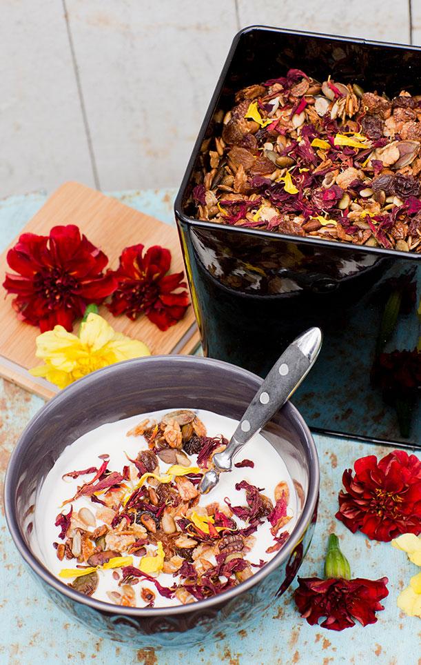 Bland de ätbara blommorna kan du välja fritt efter färg och smak. Foto. Annika Christensen