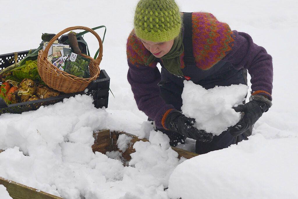 Skrapa bort en del av snön så att ytan blir plan. Foto: Markus Danielsson