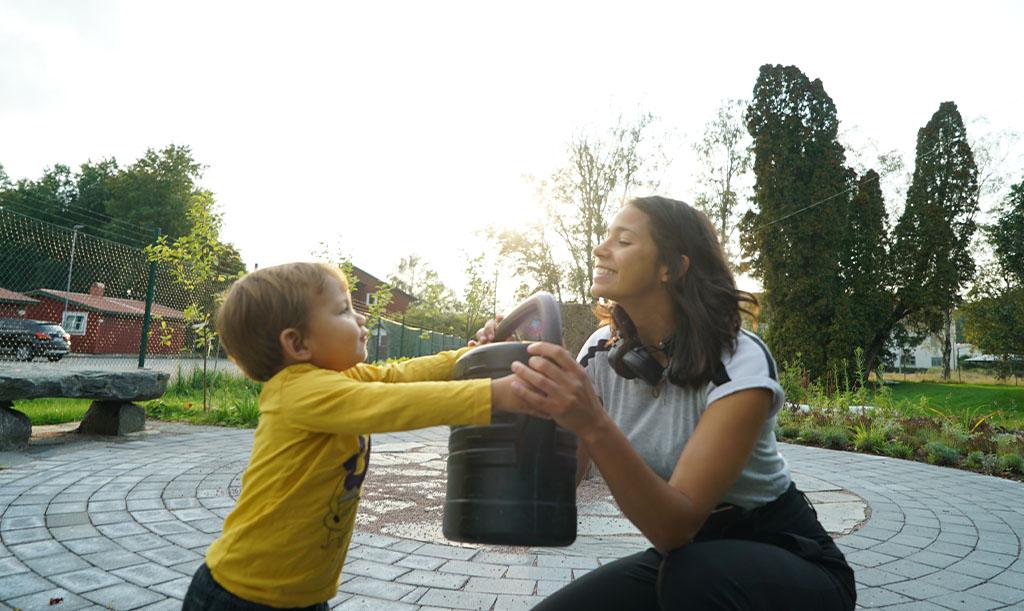 Victoria Bengtsson och sonen Adam odlar tillsammans.