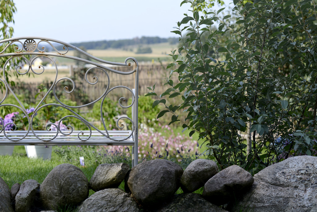 Hos Lilla Hälsoträdgården finns gott om sittplatser och utsikter.