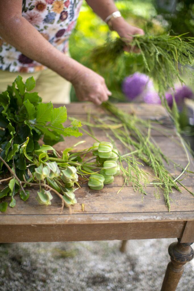Sortera upp alla blommor och kvistar för sig som din bukett ska innehålla. Foto: Skjærgårdshagen